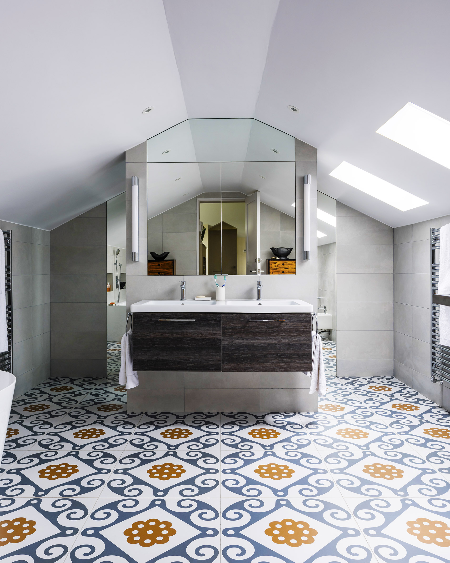 Refin's Majolica tiles in a bathroom designed by Michael Daly for a house in West Sussex. 60x60 tile