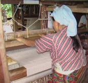 Weaving fabric from nettle fibres in Khandbari, Nepal. www.transrural.org