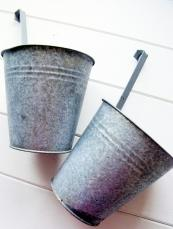 1/ Find some old metal pots and clean them with water and detergent
